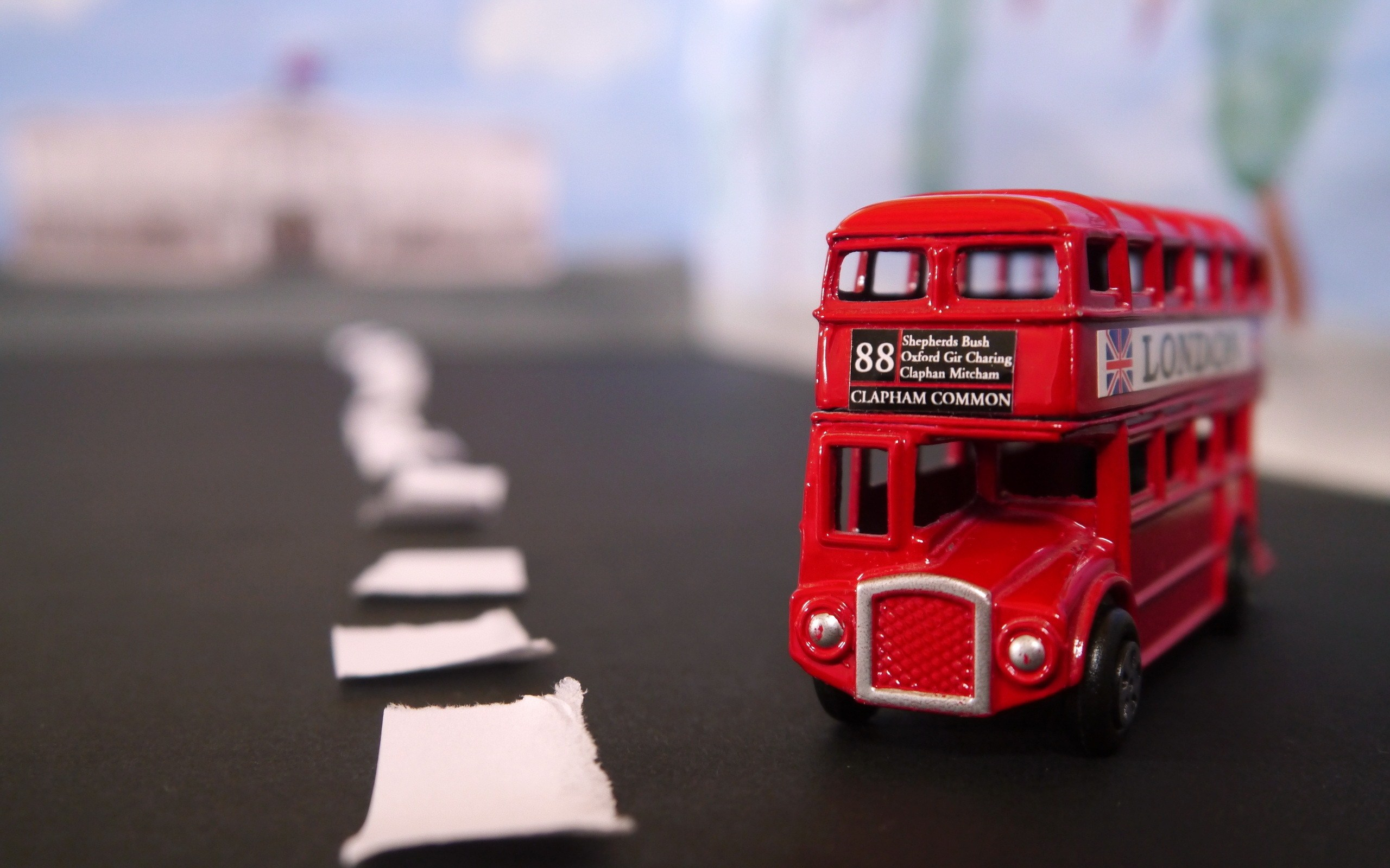 toy-bus-uk-london-road-close-up-photo-wallpaper-2560x1600